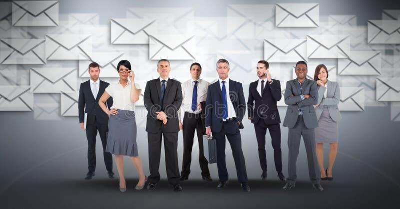 Digital packar den sammansatta bilden av affärsfolk med symboler som in flyger i bakgrund stock illustrationer
