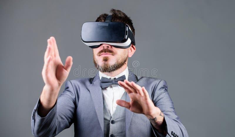 Digital powierzchni interakcja Biznesowego mężczyzny rzeczywistość wirtualna Innowacja i postępy technologiczni Biznesowy narzędz zdjęcia stock