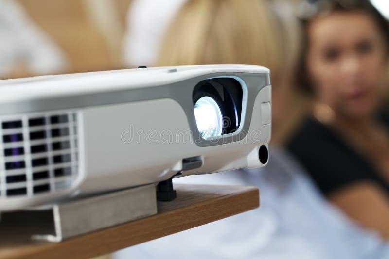 Digital projektor på presentationsnärbilden arkivfoton