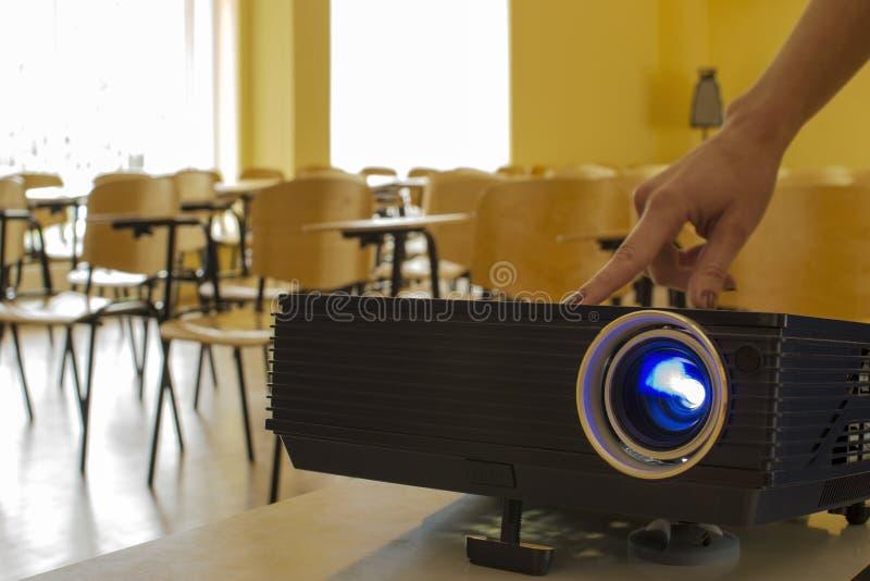 Digital-Projektor- und FrauHandpressentaste lizenzfreies stockfoto