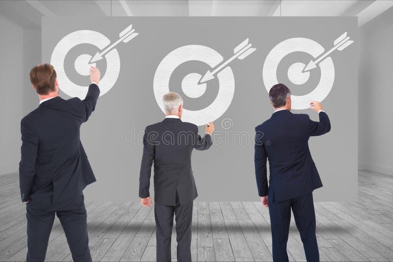 Digital sammansatt bild av affärsfolk som drar pilen med målsymbol royaltyfri illustrationer