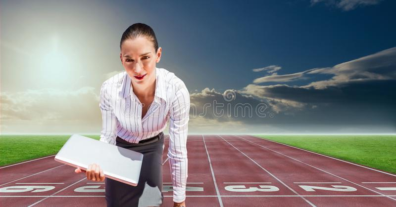 Digital sammansatt bild av affärskvinnan med bärbara datorn på startpunkt på tävlings- spår stock illustrationer