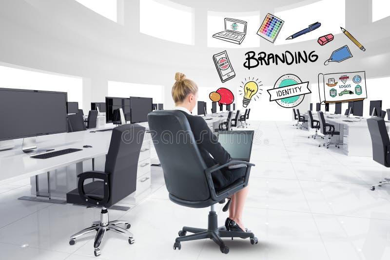 Digital sammansatt bild av affärskvinnan som använder bärbara datorn med att brännmärka text och symboler i regeringsställning arkivbilder