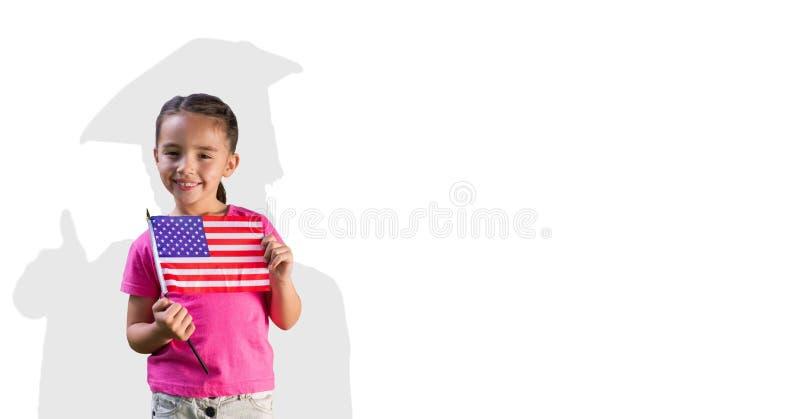 Digital sammansatt bild av den hållande amerikanska flaggan för flicka med doktorand- skugga i baksida royaltyfri bild