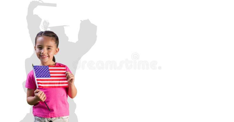 Digital sammansatt bild av den hållande amerikanska flaggan för liten flicka med doktorand- skugga i baksida arkivfoton