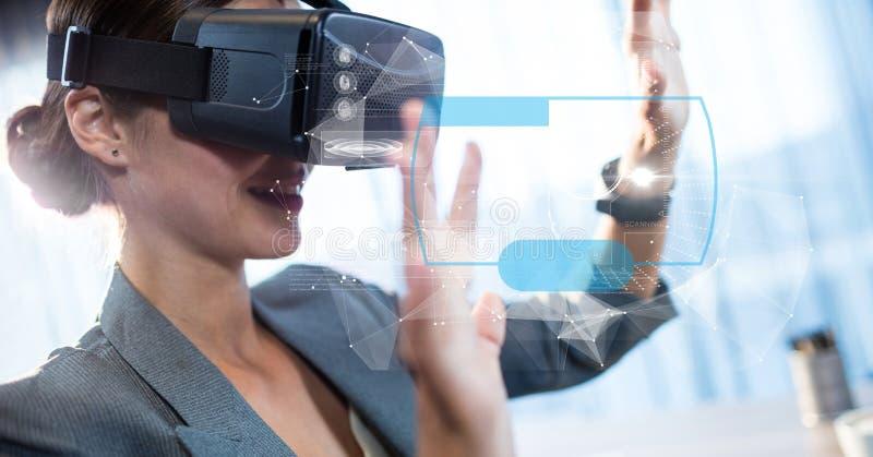 Digital sammansatt bild av den rörande futuristiska skärmen för affärskvinna, medan genom att använda VR-exponeringsglas stock illustrationer
