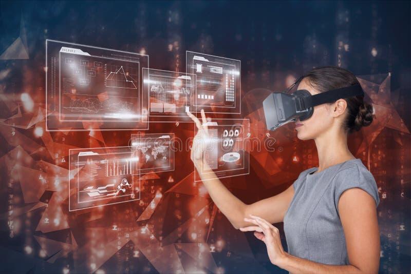 Digital sammansatt bild av den rörande futuristiska skärmen för kvinna, medan genom att använda VR-exponeringsglas royaltyfri fotografi