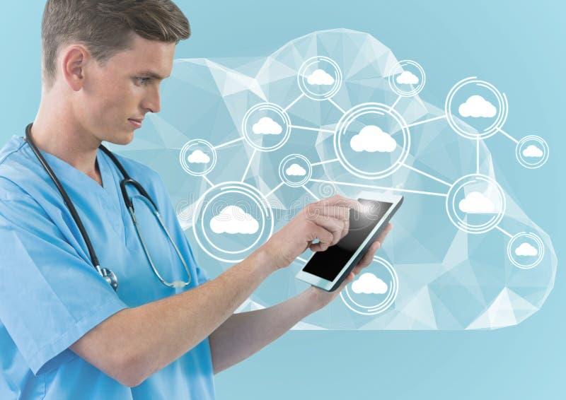 Digital sammansatt bild av doktorn som använder den digitala minnestavlan mot beräknande symboler för moln royaltyfria foton