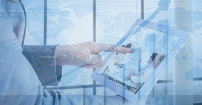 Digital sammansatt bild av för minnestavla` s för affärskvinna den rörande digitala skärmen vektor illustrationer