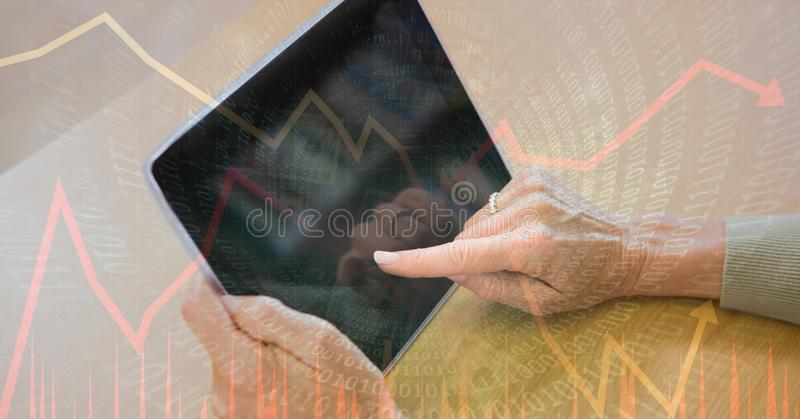 Digital sammansatt bild av händer genom att använda minnestavlaPC med binär kod och grafer arkivbilder