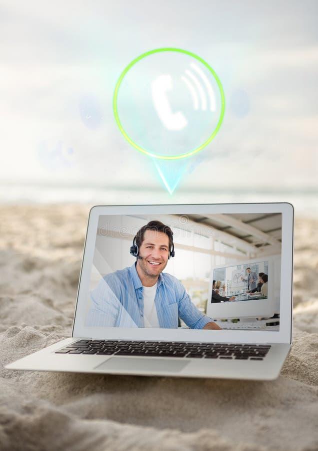 Digital sammansatt bild av mannen som har den videopd appellen på bärbara datorn arkivfoton