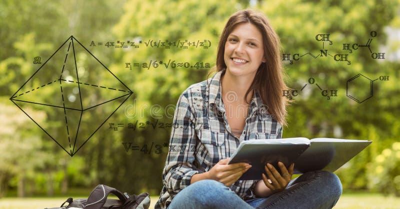 Digital sammansatt bild av matematiklikställanden med att le den kvinnliga högskolestudenten i bakgrund arkivbilder