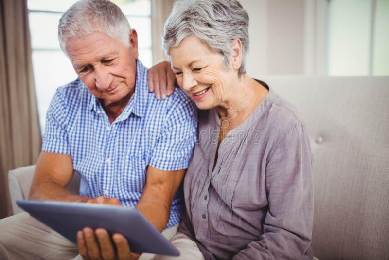 digital seende hög tablet för par royaltyfri fotografi