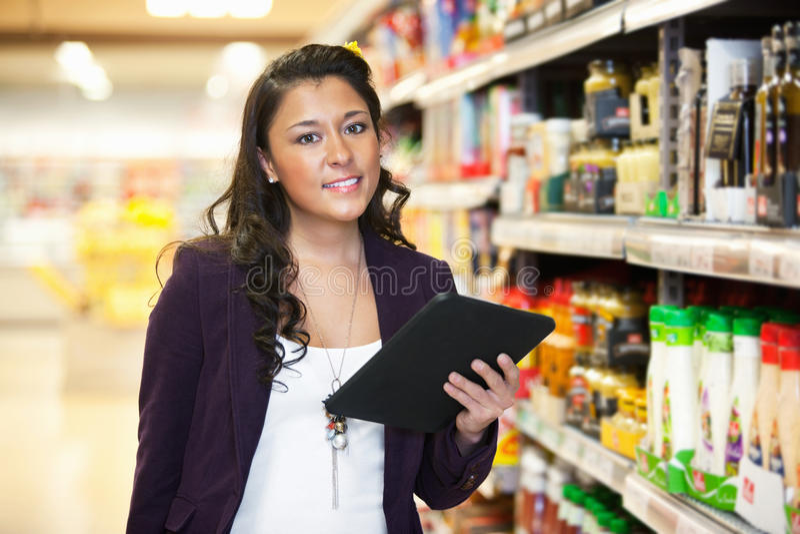 digital shoppingtabletkvinna royaltyfri foto