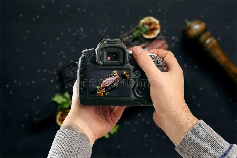 Digital singel-Lens reflexkamera i händer Manfotografen gör foto Manliga händer rymmer kameranärbilden arkivbilder