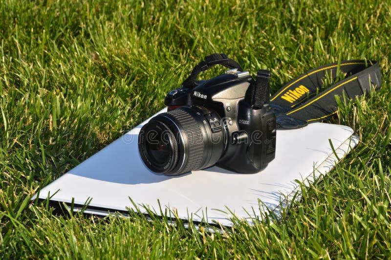 Digital SLR för Nikon D5000 kropp kamera och bärbar dator arkivbild