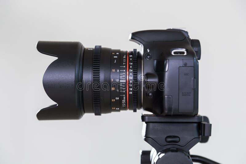 Digital SLR kamera med den utbytbara manuella linsen på en grå bakgrund Skjuta i inre Utrustningen för filmmaking royaltyfri fotografi