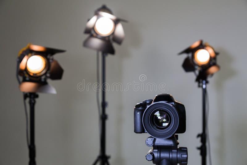 Digital SLR kamera och tre strålkastare med Fresnel linser Manuell utbytbar lins för att filma royaltyfri foto