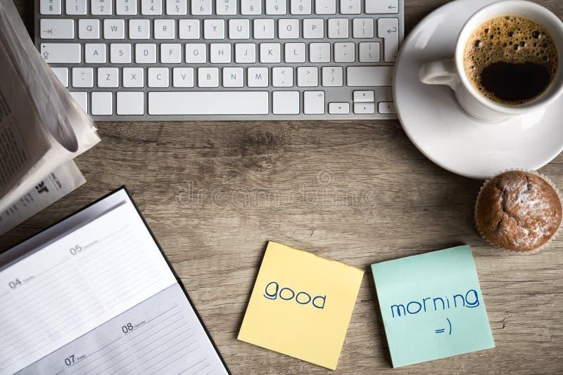 Digital-Tablet-Computer mit klebrigem Briefpapier und Tasse Kaffee lizenzfreie stockbilder