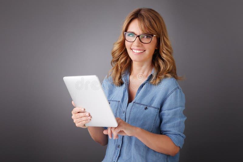 digital tabletkvinna arkivfoton