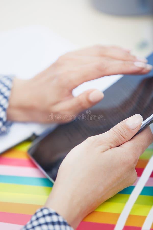 Digital-Tablette im Büro lizenzfreie stockfotos