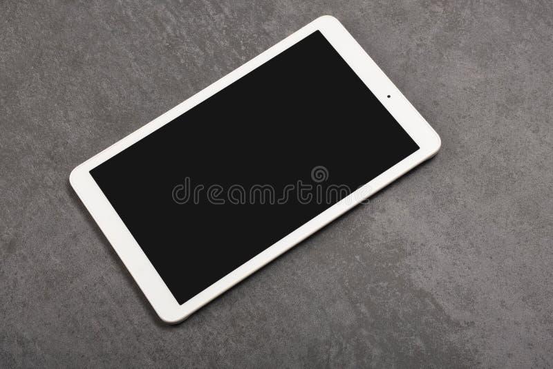 Digital-Tablettenschirm hat Beschneidungspfad auf grauem Steinhintergrund stockbild