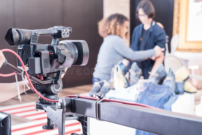 Digital videokamera med linsutrustning i yrkesmässigt massmedia s arkivfoton