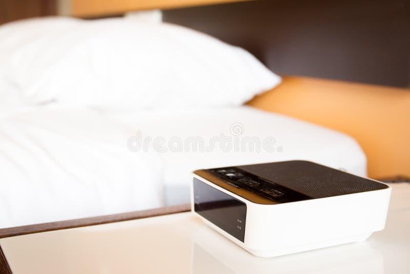 Digital-Wecker neben dem Bett stockfotografie