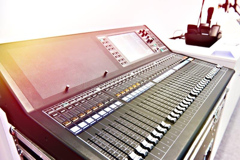 Digital yrkesmässig ljudsignal blandande konsol arkivbild