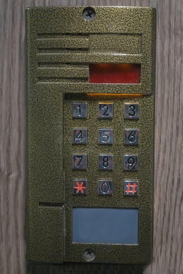 digitale Abdeckplatte auf der Wechselsprechanlage mit Knöpfen stockbilder
