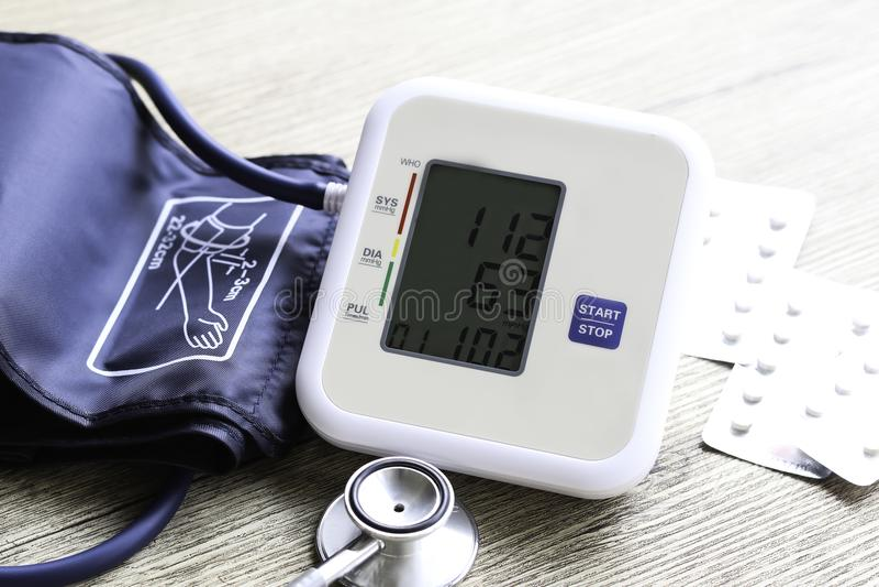 Digitale bloeddrukmonitor op houten achtergrond royalty-vrije stock foto's