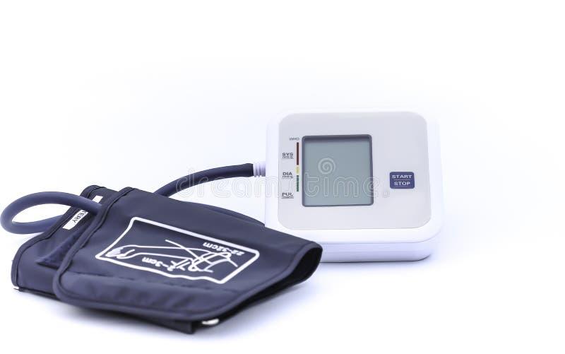 Digitale bloeddrukmonitor op witte achtergrond stock foto's