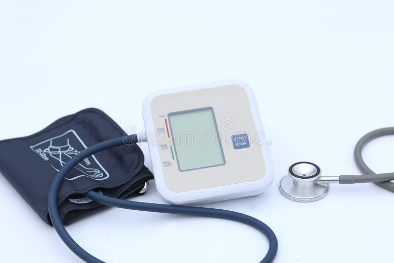 Digitale bloeddrukmonitor op witte achtergrond royalty-vrije stock foto