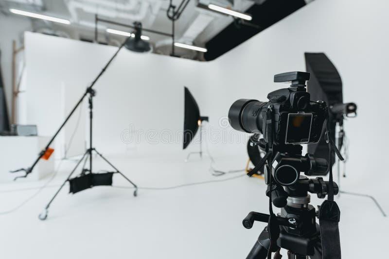 Digitale camera in fotostudio royalty-vrije stock afbeelding