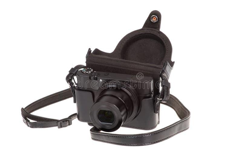 Digitale compacte camera met zwart die leergeval, op wit wordt geïsoleerd royalty-vrije stock fotografie