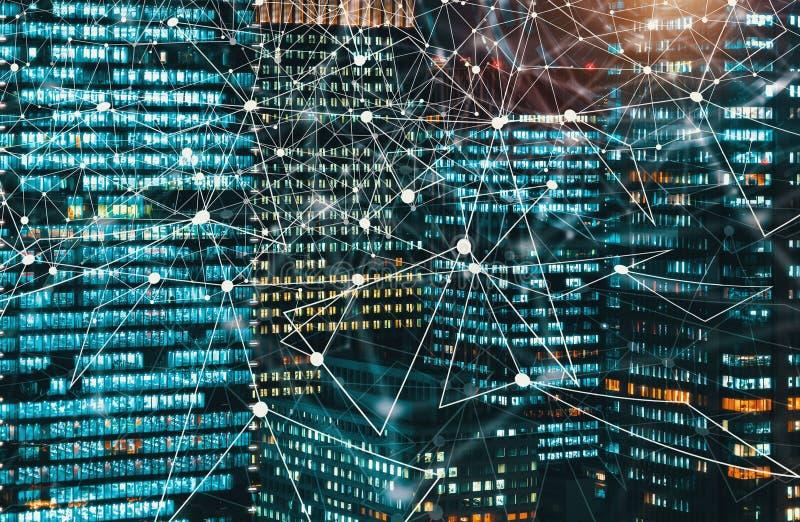 Digitale die Technologie-Cirkel met wolkenkrabbers bij nacht worden verlicht stock afbeelding