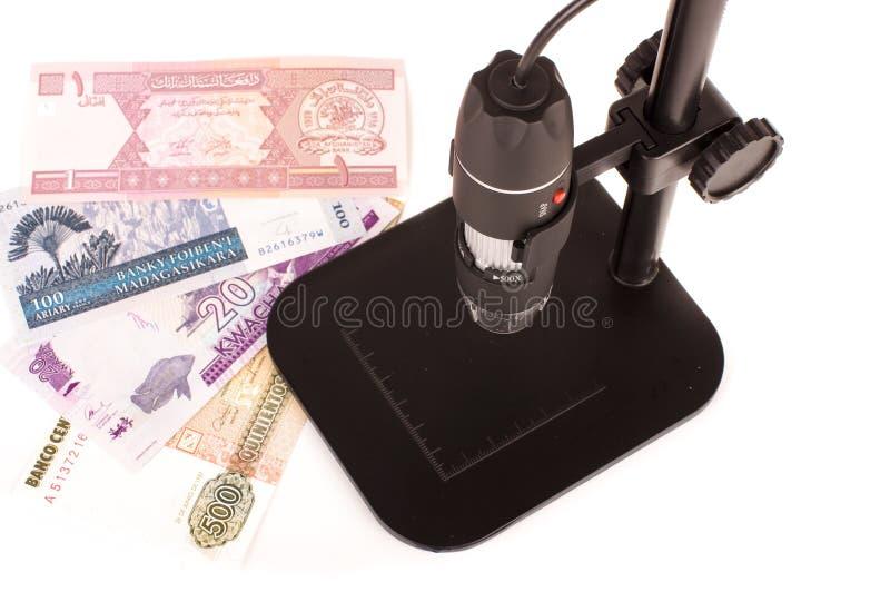 Digitale handbediende microscoop voor het laboratoriumwerk royalty-vrije stock foto