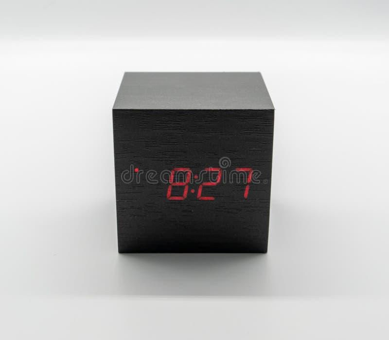 Digitale houten klok die op witte achtergrond wordt ge?soleerd royalty-vrije stock foto's
