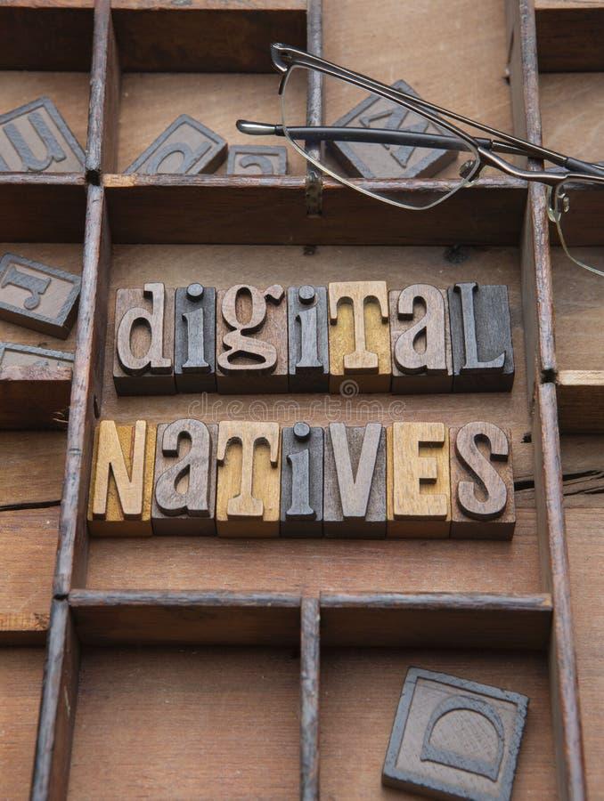 Digitale Inwoners met glazen stock afbeelding