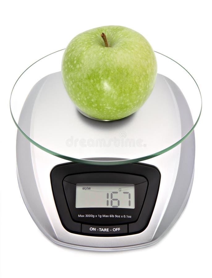 Digitale keukenschaal met appel stock afbeeldingen