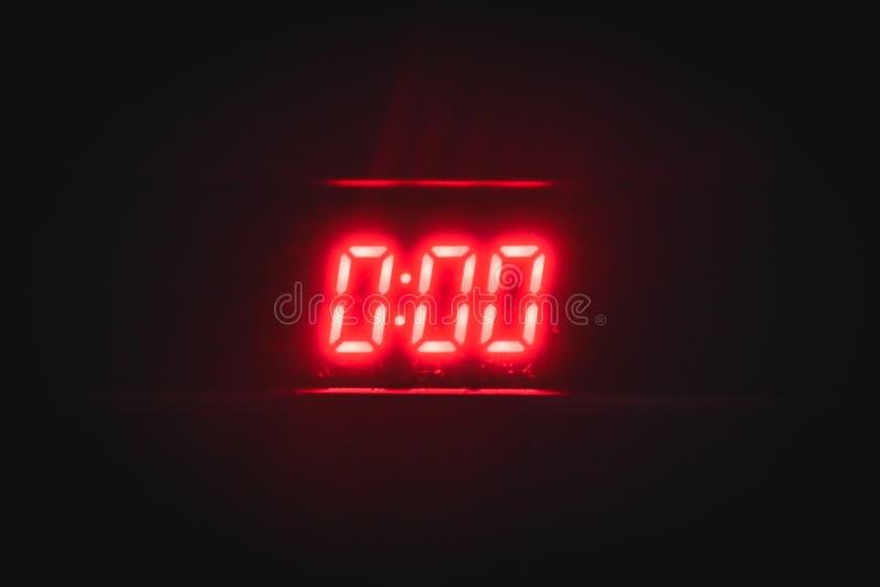 Digitale klok met rode neonaantallen stock fotografie