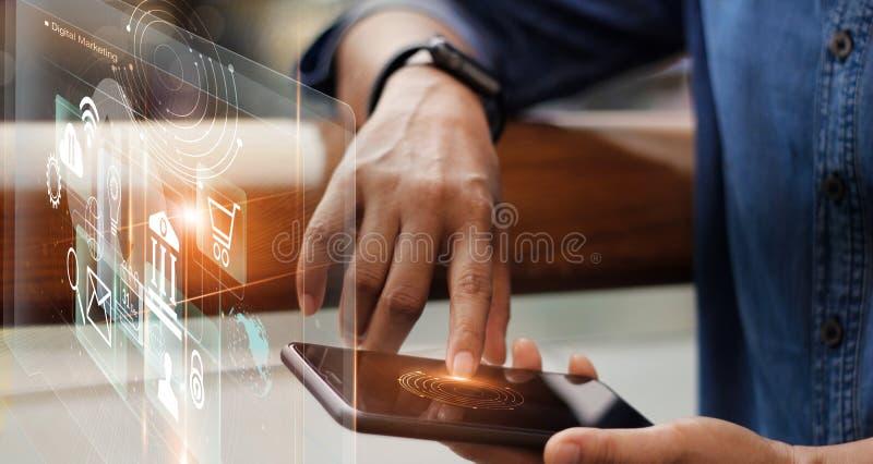 Digitale marketing media en mobiele betalingen Zakenman die met mobiele smartphone werken royalty-vrije stock foto's