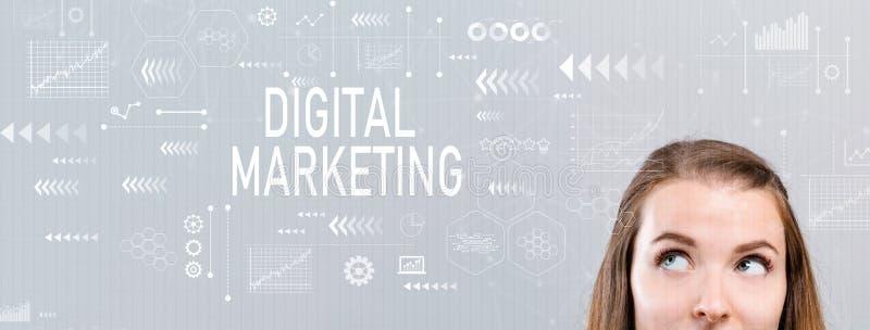 Digitale Marketing met jonge vrouw stock foto's