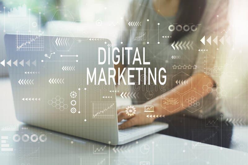 Digitale marketing met vrouw stock afbeeldingen