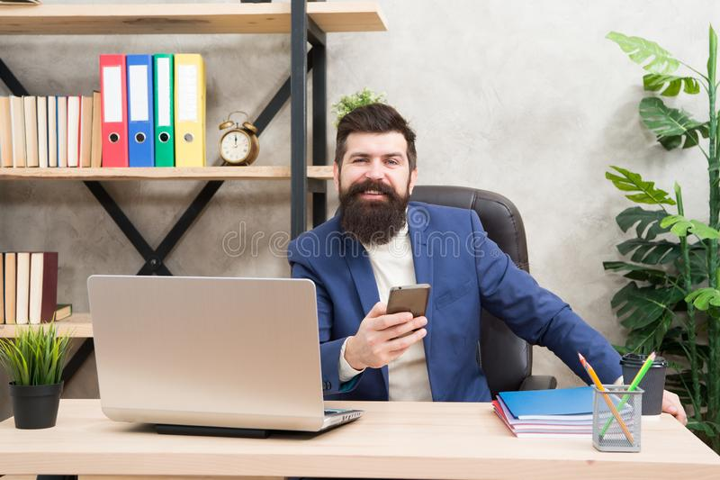 Digitale Marketing Zakenman in formele uitrusting laptop en smartphone van het mensengebruik Chef- werkplaats Gebaarde mens in za royalty-vrije stock foto