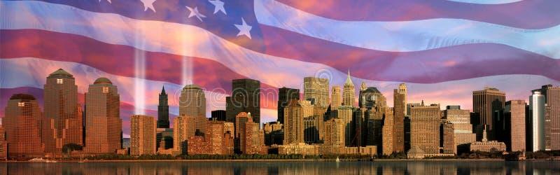 Digitale samenstelling: De horizon van Manhattan, World Trade Center Lichte Herdenkings, Amerikaanse vlag stock fotografie