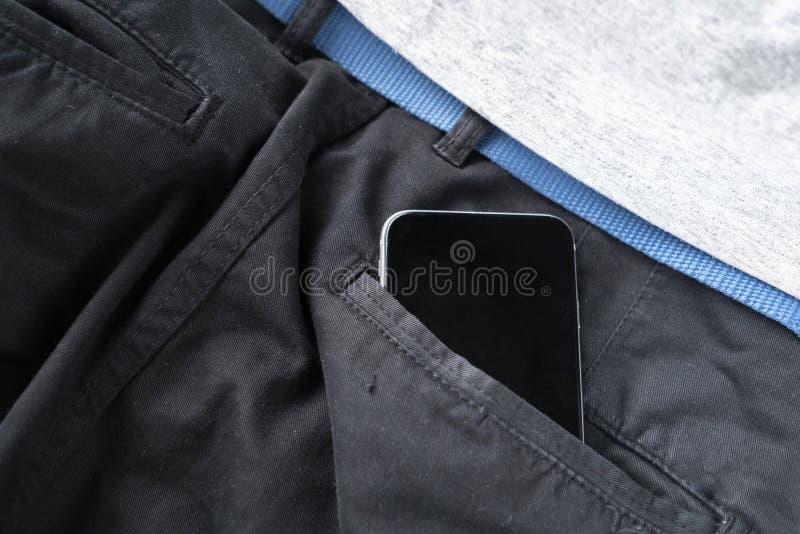digitale spartphone in personen hijgt of jeans achterzak, moderne mededeling en Internet-verbindingen stock fotografie