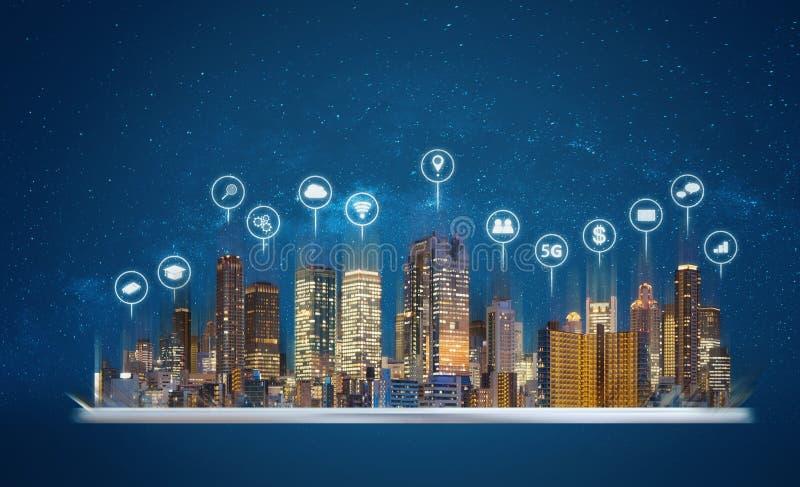 Digitale tablet met moderne van de gebouwenhologram en technologie pictogrammen Slimme stad, Internet en voorzien van een netwerk royalty-vrije stock afbeeldingen