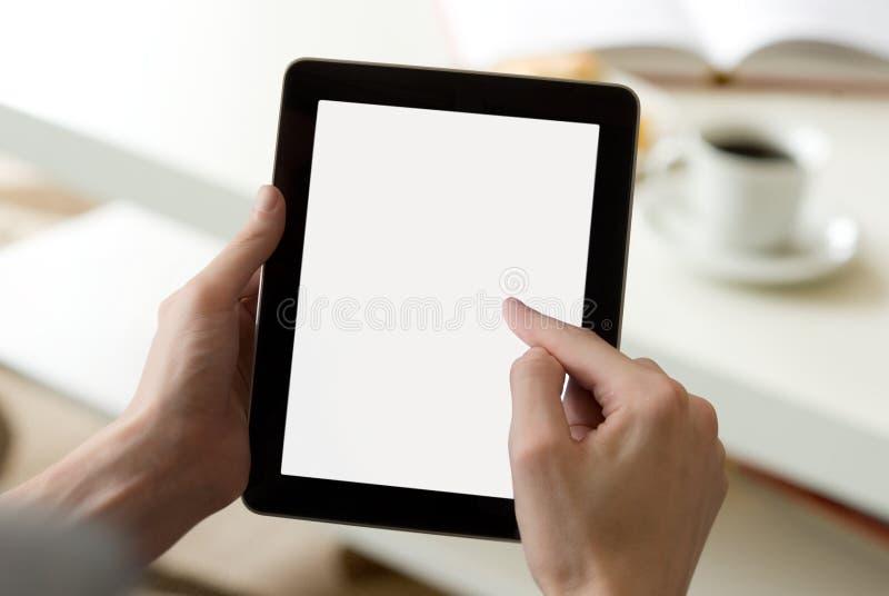 Digitale tablet in woonkamer (met het scherm clippin