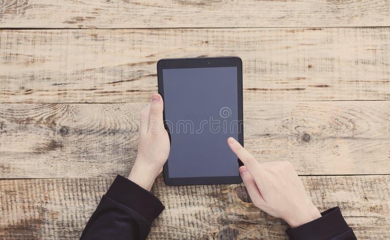 Digitale tabletcomputer met het geïsoleerde scherm in mannelijke handen Hoogste mening met exemplaarruimte Vrije ruimte voor teks royalty-vrije stock foto